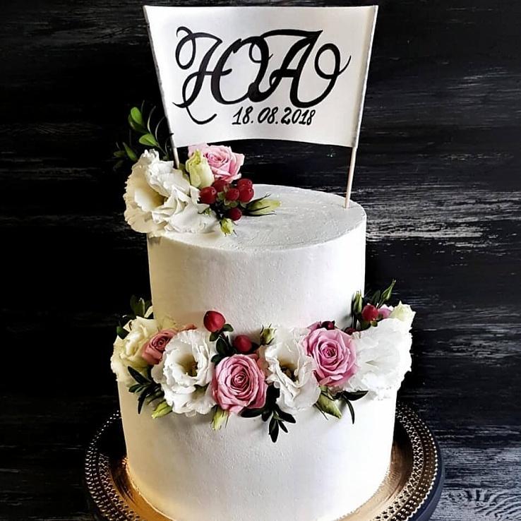 Торт с инициалами и живыми цветами